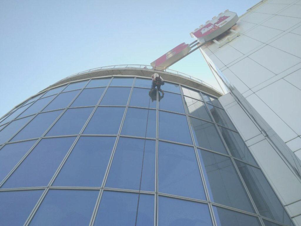 plaunant fasadą aukštyje