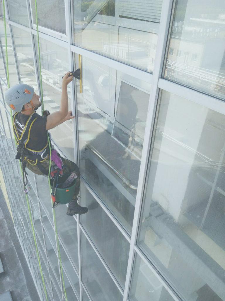langų valymas pramoninių alpinistų